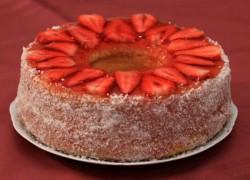עוגת מיץ תפוזים עם קוקוס בציפוי תותים וג'לי בטעם תות